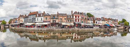 panorama di belu terrapieno con verande estive di ristoranti a amiens francia